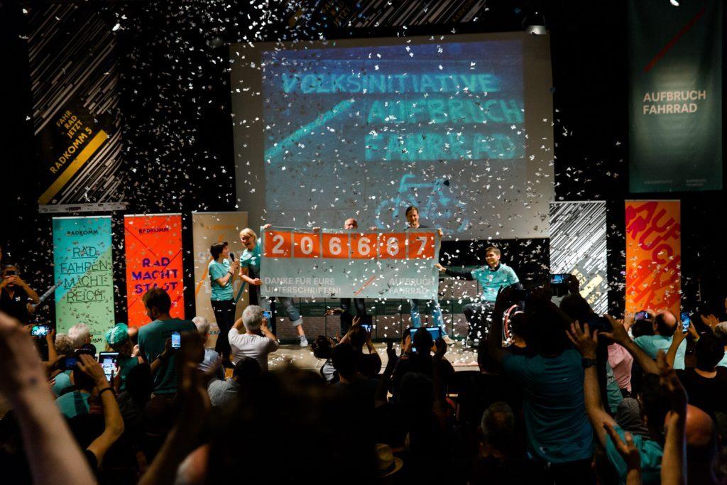 Jubel und Konfettiregen auf dem Kongress RADKOMM, Foto: Verena Gorny – www.verenafotografiert.de